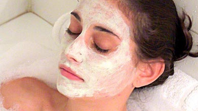 El ungüento bodyaga como la máscara para la persona