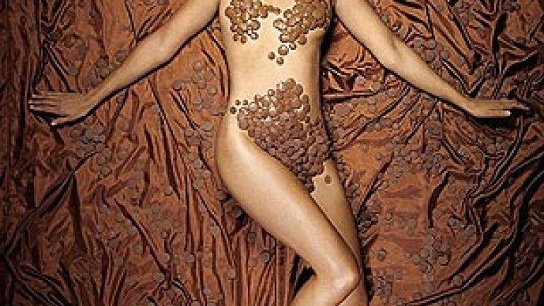 Chica desnuda cubierta de chocolate