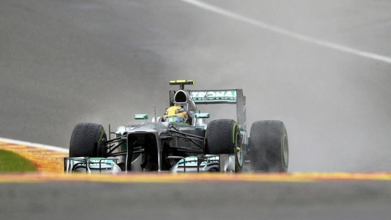 Apenas comenzado el Q3, comenzó a llover tan copiosamente que la mayoría de los autos no pudieron girar con el piso seco