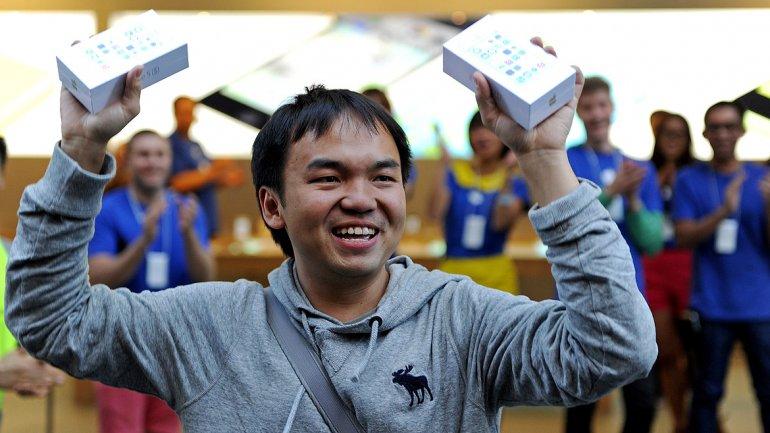 Un jóven muestra el nuevo iPhone 5S en una tienda de Apple en Sydney