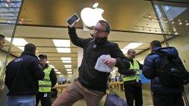 Un cliente sale contento de la tienda de Apple en Oberhausen con su nuevo iPhone 5S