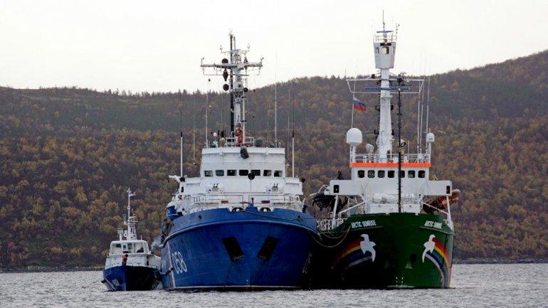 El barco de Greenpeace Arctic Sunrise es remolcado al puerto de Murmansk por un buque guardacostas ruso