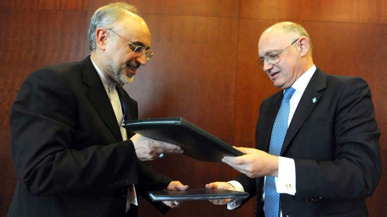 Héctor Timerman junto a su par iraní Ali Akbar Salehi durante la firma del pacto