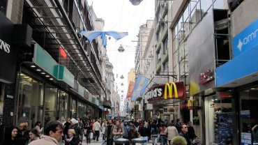 La peatonal Florida mantiene un alto flujo de personas, pero menos compradores en los comercios