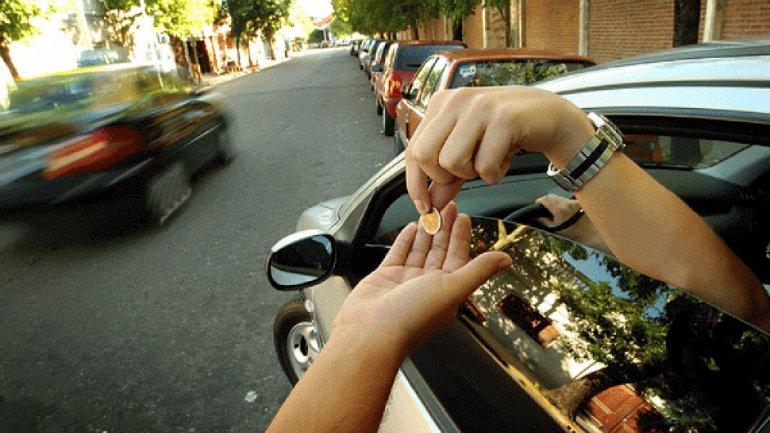 Una imagen desactualizada. Los trapitos dejaron de pedir monedas y ahora cobran grandes sumas para cuidar un auto