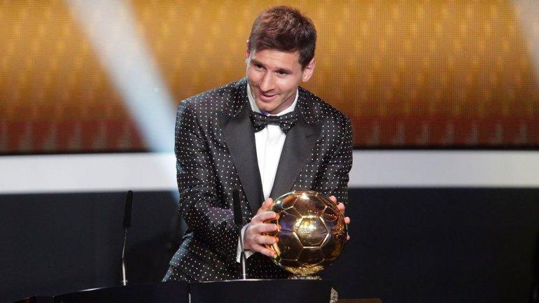 Este año, en tanto, en el marco de su premiación con el Botín de Oro, el delantero argentino lució un traje con flores bordadas en tonos de grises y blancos
