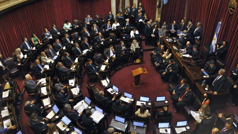 Por tradición, los senadores salientes y entrantes votaron en simultáneo los pliegos de los nuevos parlamentarios.
