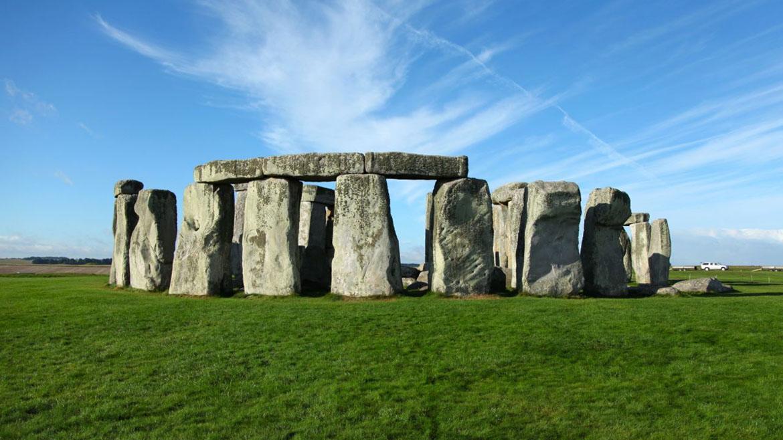 El propósito de Stonehenge sigue siendo un misterio. Los agricultores y ganaderos que construyeron la estructura hace 5.000 años continuaron agregando rocas a ella durante un período de 700 años. No dejaron registros escritos detrás, sólo un círculo de piedras en huelga cerca de lo que hoy es Salisbury, Inglaterra.