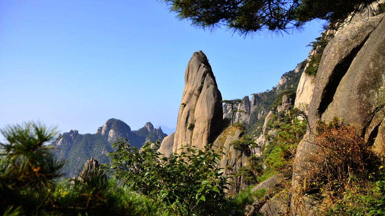 Monte Sanquinshan es un lugar sagrado taoísta y se refiere a menudo como El Jardín de los Dioses. El área consiste en una multitud de interesantes y de formas inusuales de pilares de granito boscosa y afloramientos. Los patrones climáticos cambiantes con frecuencia hacen que la zona esté llena de nieblas alrededor de 200 días al año, dándole una apariencia verdaderamente etérea. Los visitantes han informado de un sentido profundo y certero de calma y serenidad.