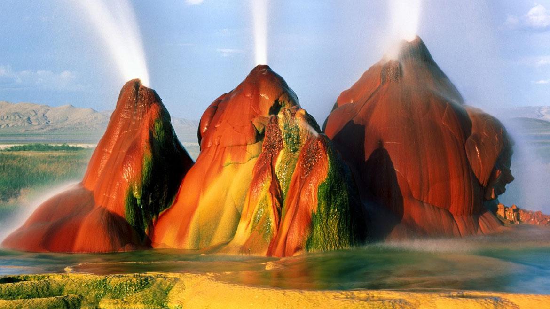 Fly Geyser, que se encuentra en el desierto de Nevada, es una colección de tres grandes montículos de colores que disparan continuamente cinco pies de agua hacia arriba en el aire. Fue creado por accidente en 1916, durante una perforación de pozos de rutina.