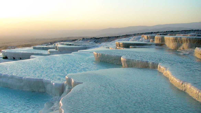 Las piscinas del travertino de Pamukkale son tan maravillosas para la vista, ya que son de etéreo-mirada. Con los años, los depósitos minerales blancos travertino han construído en esta zona de aguas termales, la creación de una serie de terrazas blancas. Estas piscinas naturales son de un blanco deslumbrante y lleno de aguas cristalinas. Estas extrañas piscinas en terrazas han sido apreciadas por lo menos 2.000 años.