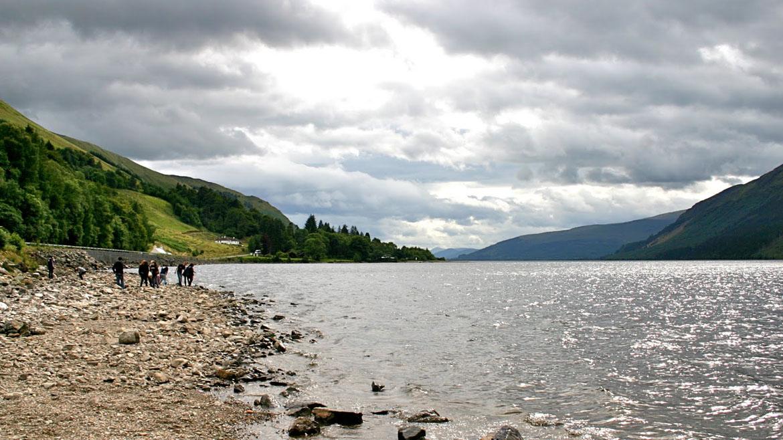 El hermoso lago Loch Ness sería notable, incluso sin los avistamientos de monstruos que hicieron un nombre global. El lago, que se encuentra en las tierras altas de Escocia, es el mayor lago escocés por volumen. Se pone tan profundo como 230 metros y tiene una superficie de 56.4 kilómetros cuadrados.