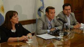 Los ministros de Economía, Seguridad y Gobierno durante el anuncio de aumentos