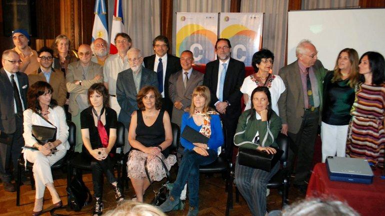 El secretario de Cultura de la Nación, Jorge Coscia, rodeado de algunos de los autores invitados al Salón del Libro de París