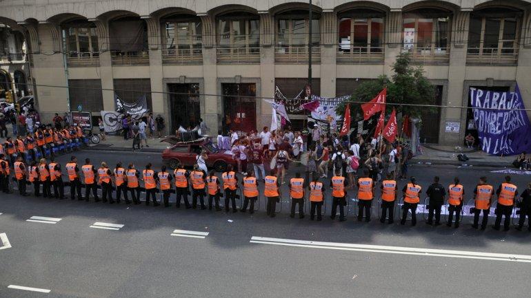 Manifestantes en la sede de Callao y Mitre, del Ministerio de Trabajo