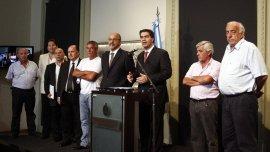 El jefe de Gabinete, Jorge Capitanich, y el ministro de Trabajo, Carlos Tomada, junto a referentes de la UTA.