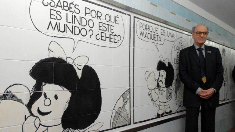 La figura de Mafalda llegó el subterráneo de Buenos Aires. Quino posa junto al mural.