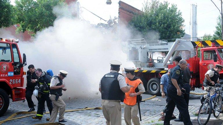 Minutos después del primer derrumbe, otra pared cayó y provocó zozobra entre los equipos de emergencia