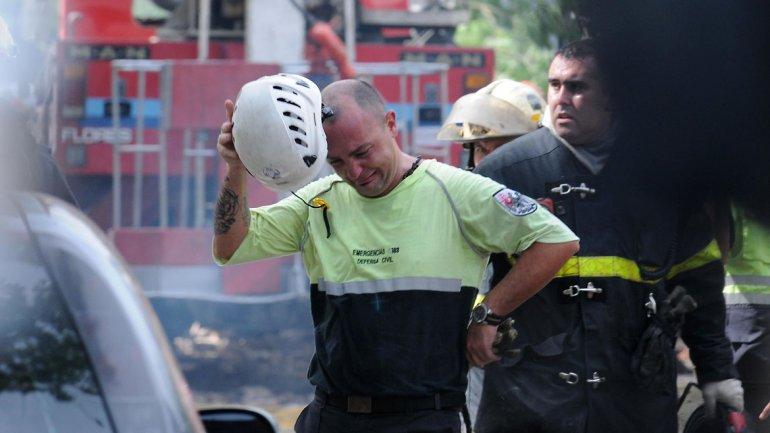 Un efectivo de Defensa Civil se enteraba del fallecimiento de un compañero.