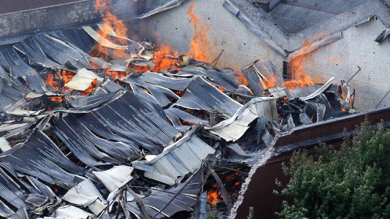 En medio de las tareas de emergencia, varios efectivos quedaron atrapados debajo de una pared que se desplomó.