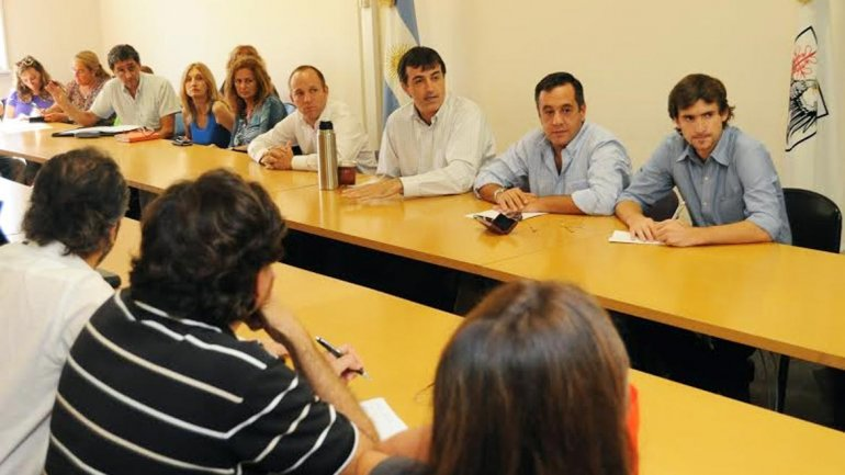 El ministro de Educación porteño, Esteban Bullrich, junto a los sindicatos docentes