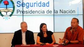 La ministra de Seguridad, María Cecilia Rodríguez (centro) y el secretario Sergio Berni (derecha), junto al ministro de Seguridad de Santa Fe, Raúl Lamberto (izquierda)