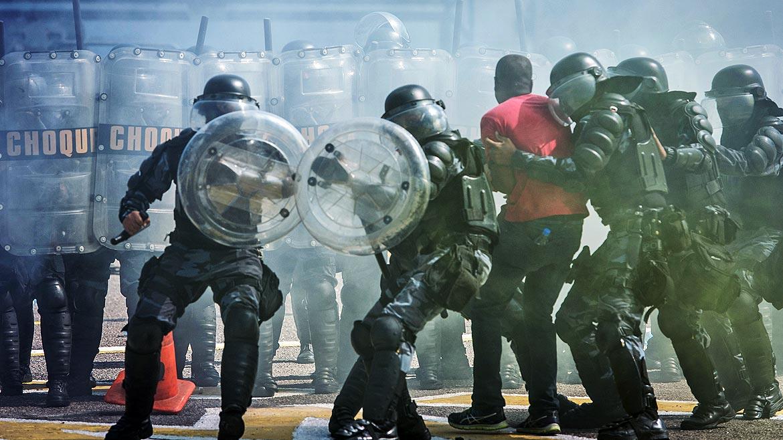 Unos cincuenta miembros de la fuerza conocida como Batallón de Choque simularon ante la prensa internacional una manifestación violenta