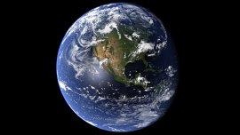La Tierra tarda 365 días y 6 horas en dar una vuelta completa alrededor del Sol