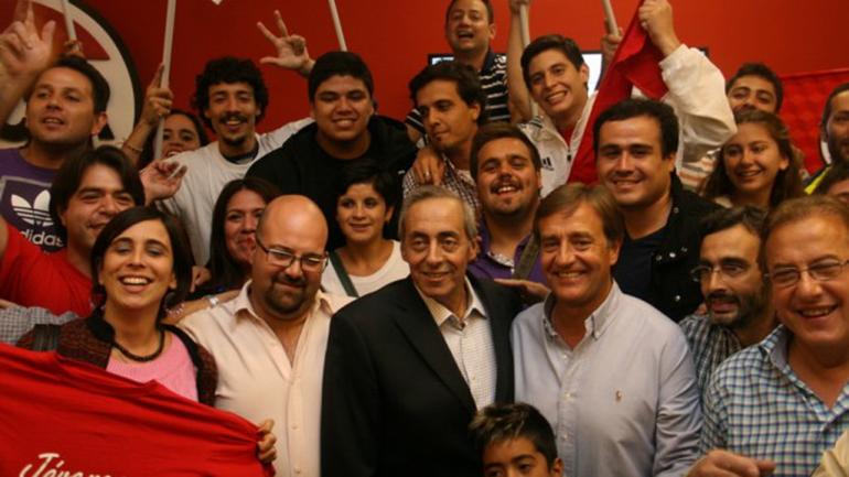 Víctor Fayad (centro) se acercó al comité provincial y celebrar el triunfo con los integrantes de la lista del radicalismo
