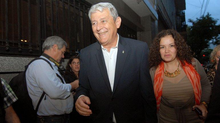 El diputado nacional Carlos Kunkel llega a la reunión sonriente