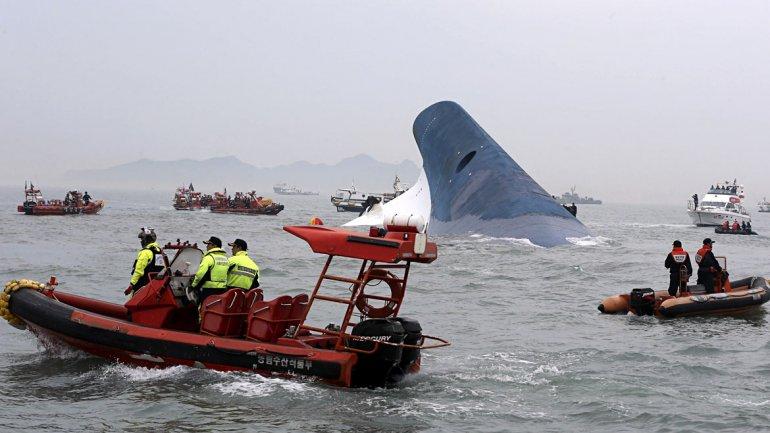 La policía marítima surcoreana busca pasajeros en el mar