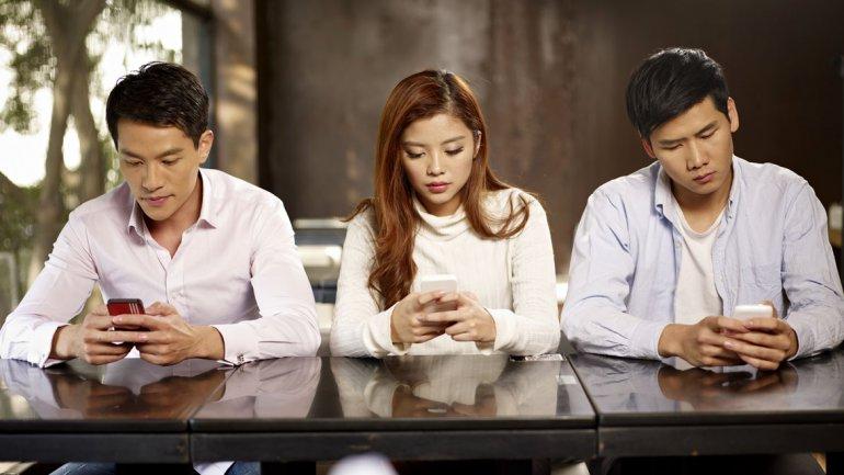 Una de cada cuatro personas busca empleo desde su celular for Hotel para cuatro personas
