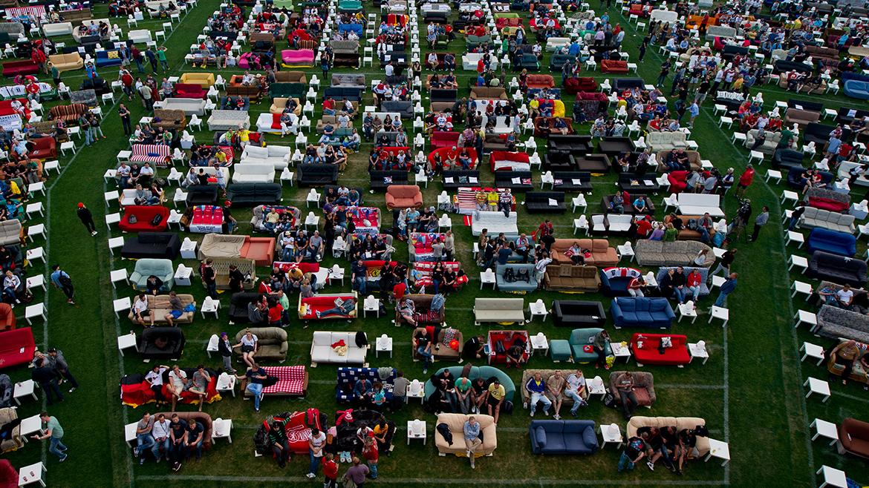 Miles de berlineses trasladaron sus sofás al estadio del Union Berlin para seguir el Mundial