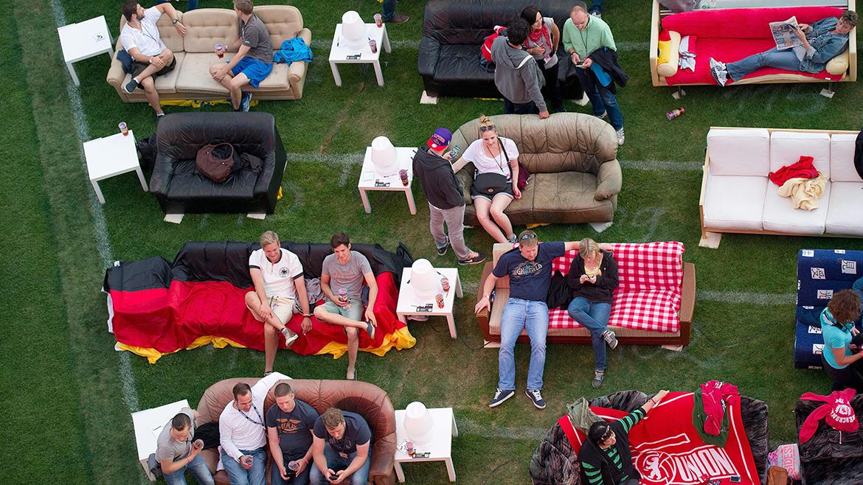 Con 750 sofás y una pantalla de 18 metros, los berlinenses se juntaron para ver los partidos del Mundial