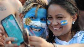 Dos hinchas argentinas en el partido de la selección ante Suiza