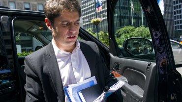 El ministro de Economía, Axel Kicillof, al llegar al despacho del mediador Pollack.