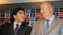 Julio Grondona presenta a Diego Maradona como DT de la selección argentina, 2010