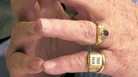 Julio Grondona con su famoso anillo con la inscripción Todo pasa