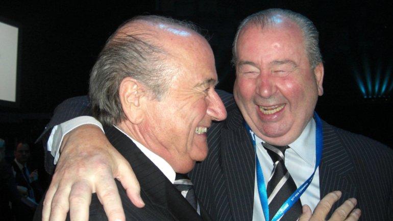 Joseph Blatter junto a Julio Grondona, presidente y vicepresidente de la FIFA<br>