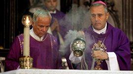 Foto archivo: el nuncio Bruno Musaro (derecha)celebra misa en la catedral de LaHabana, en marzo de 2012.