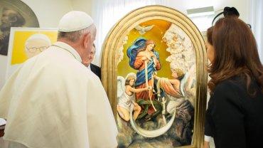 Entre los obsequios se destacó la imagen gigante de laVirgen que Desata los Nudos, advocación de la que el pontífice es devoto
