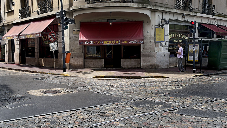 Tras varios meses de estar cerrado, el Bar abrió con el objetivo de devolverle a la esquina de Defensa y Brasil su insignia de  tradicional punto de encuentro del barrio de San Telmo