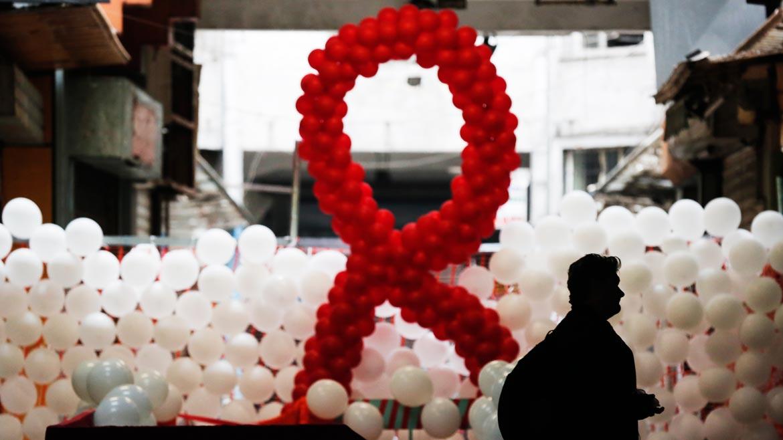 La cinta roja es un símbolo visual internacional que se utiliza principalmente para aumentar la conciencia pública en la prevención y tratamiento del sida