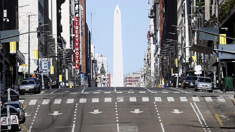 La avenida Corrientes, una de las más transitadas, hoy está prácticamente vacía