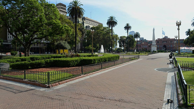 El fin de semana largo, encabezado por el festejo de Año Nuevo, provocó un éxodo turístico hacia la costa argentina. En la foto se ve la Plaza de Mayo prácticamente vacía