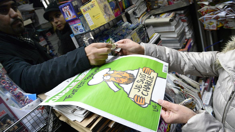 El semanario satírico francés publicó en su portada una representación del profeta del Islam con una lágrima saltándole de un ojo, y sosteniendo en sus manos una pancarta que reza Je suis Charlie (Yo soy Charlie)