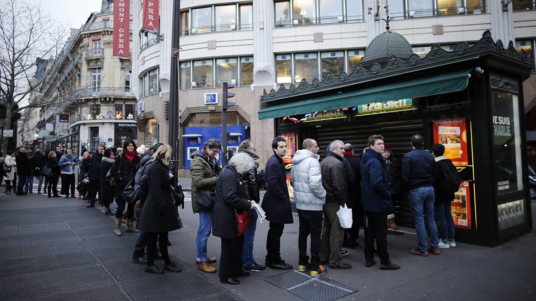 Los kioscos de Francia amanecieron con largas colas de gente esperando por su ejemplar
