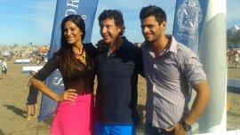 Posse en su parador de Mar del Plata, junto a Silvina Escudero y el actor Lucas Velasco.