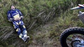 Un motociclista descansa antes de comenzar la decimotercera y última etapa del Dakar, entre Rosario y Buenos Aires.