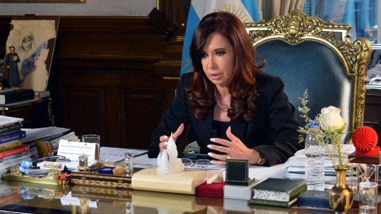 Cristina Kirchner quiere hacer el traspaso en el Congreso; Macri prefiere la Casa Rosada